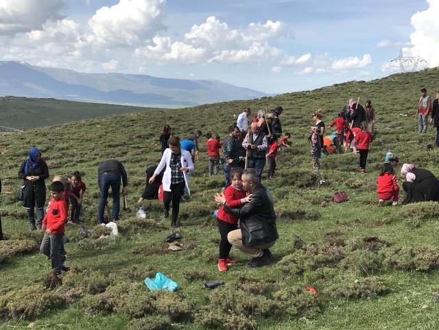 Şehit Üsteğmen İsmail Aksu İlkokulu'ndan Ağaç Dikim Etkinliği