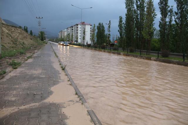 Sağanak Yağmur Yolları Göle Çevirdi