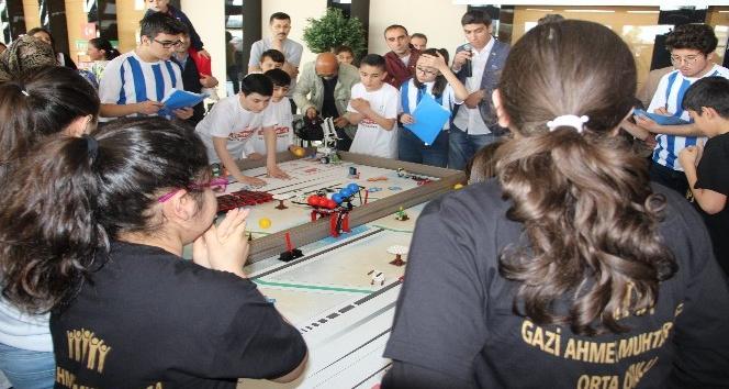 Ortaokul öğrencileri robotlarını kıyasıya yarıştırdı