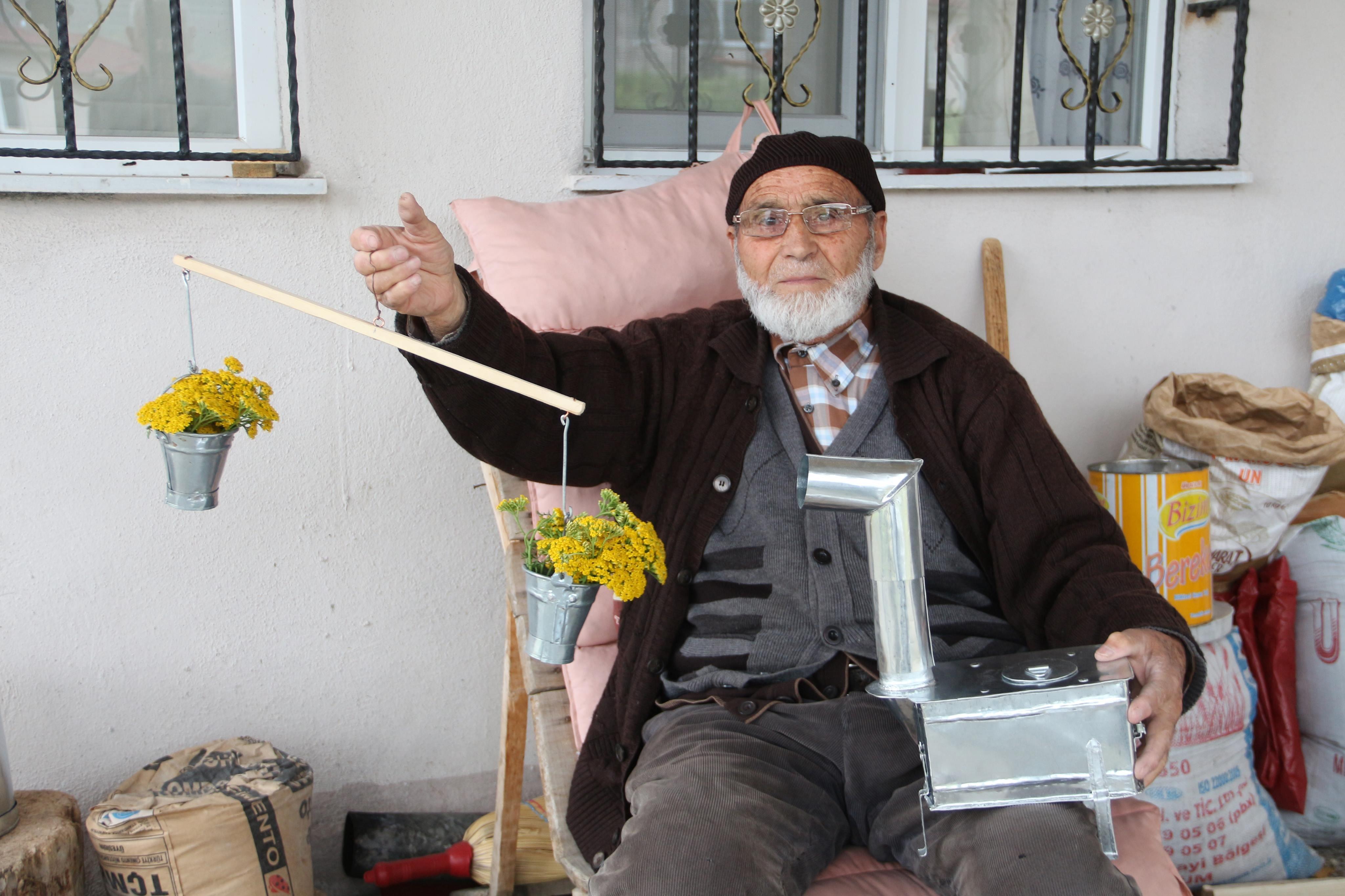 86 yaşında hediyelik eşya yapıp satıyor