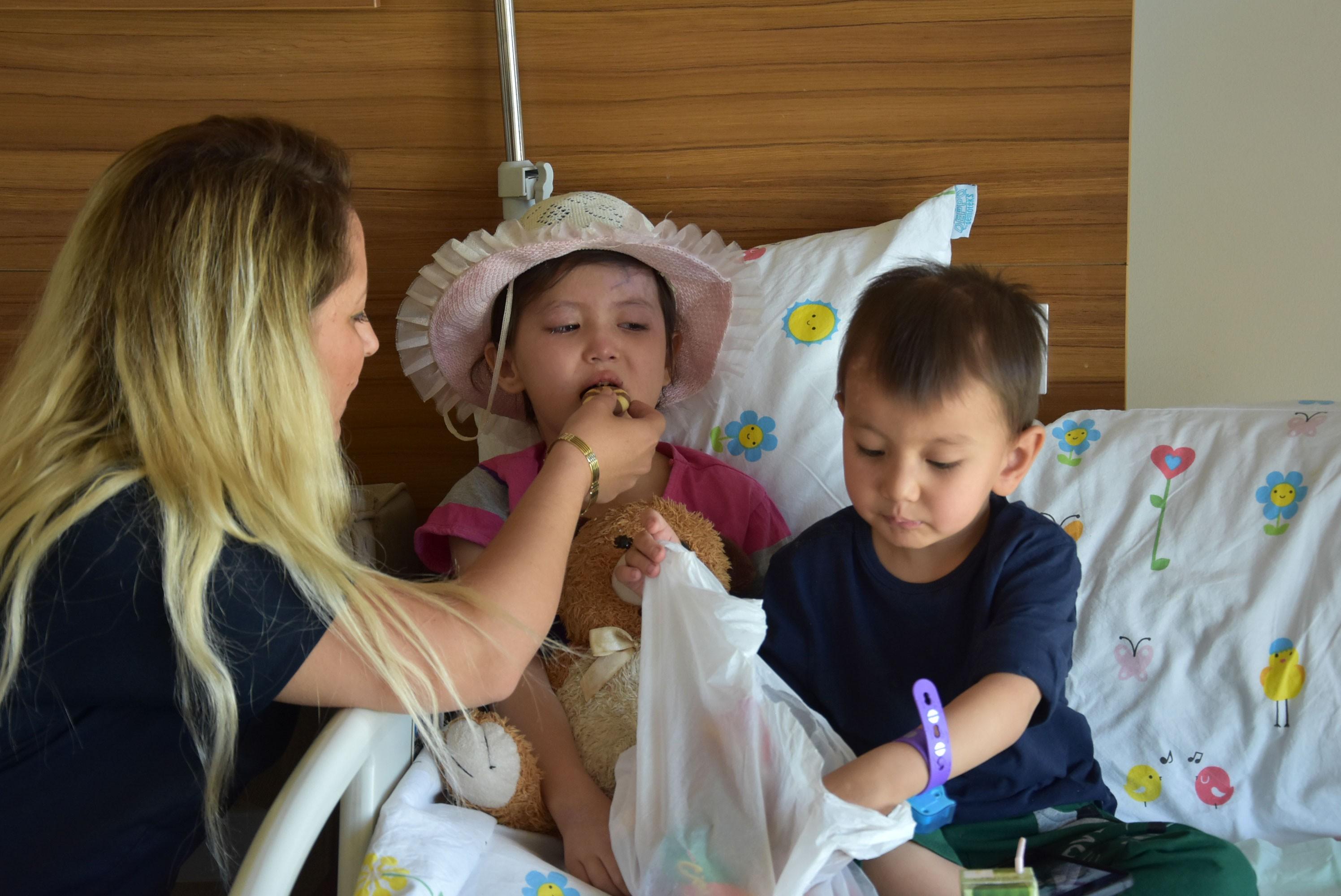 Annelerini kaybeden Afgan çocuklara şefkat