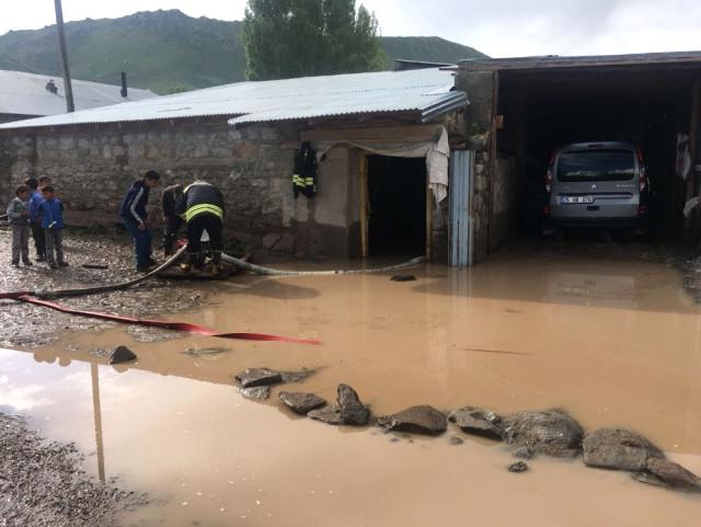 Horasan'da Dere Taştı Köyler Su Altında Kaldı