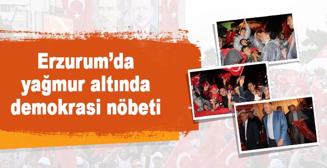 Erzurum'da yağmur altında demokrasi nöbeti