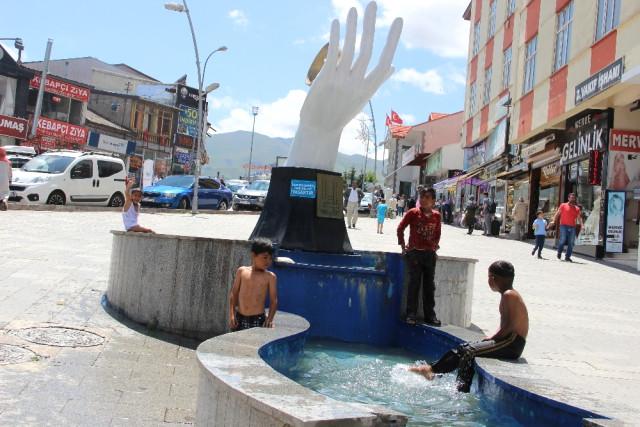 Sıcaktan Bunalan Çocuklar Süs Havuzunda Serinliyor