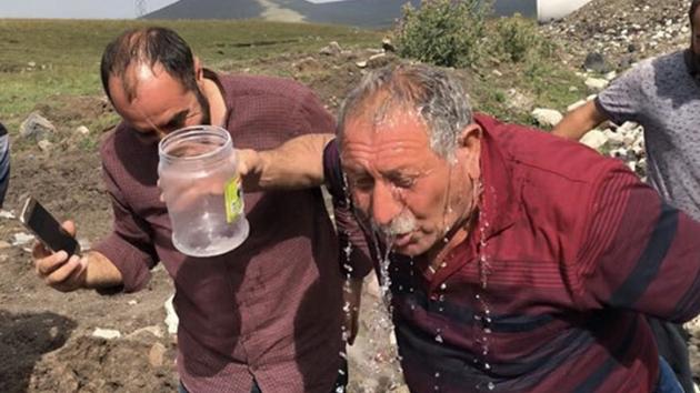 Kars'ta çocuklar tarafından bulunan su, köylüleri sevince boğdu