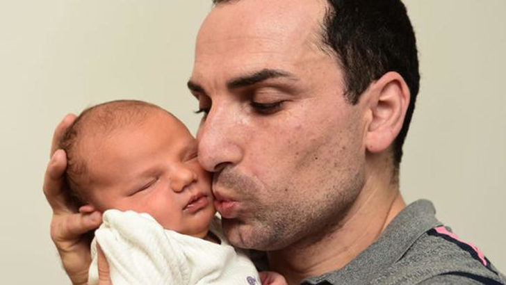 İngiltere'de bir bebek babası, dedesi ve teyzesiyle aynı tarihte doğdu