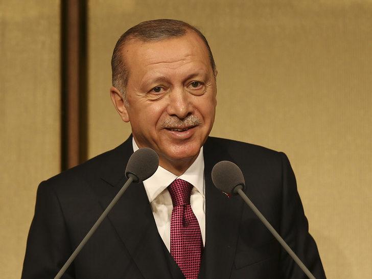 Erdoğan muhtarın sigara paketini aldı ve...