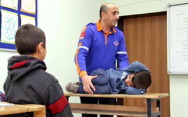 Depremde Evleri Yıkılan Köyün Çocuklarına Tatbikat