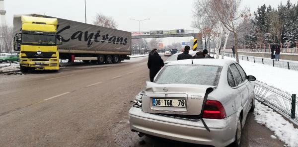 Erzurum'da buzda kayan tır, park halindeki 3 otomobile çarptı
