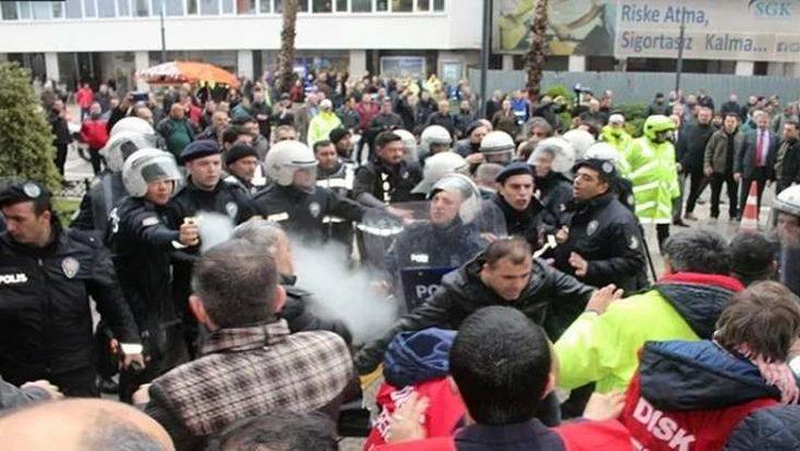 İzmir'de işçiler greve gitti, belediyenin önü karıştı! Gözaltılar var