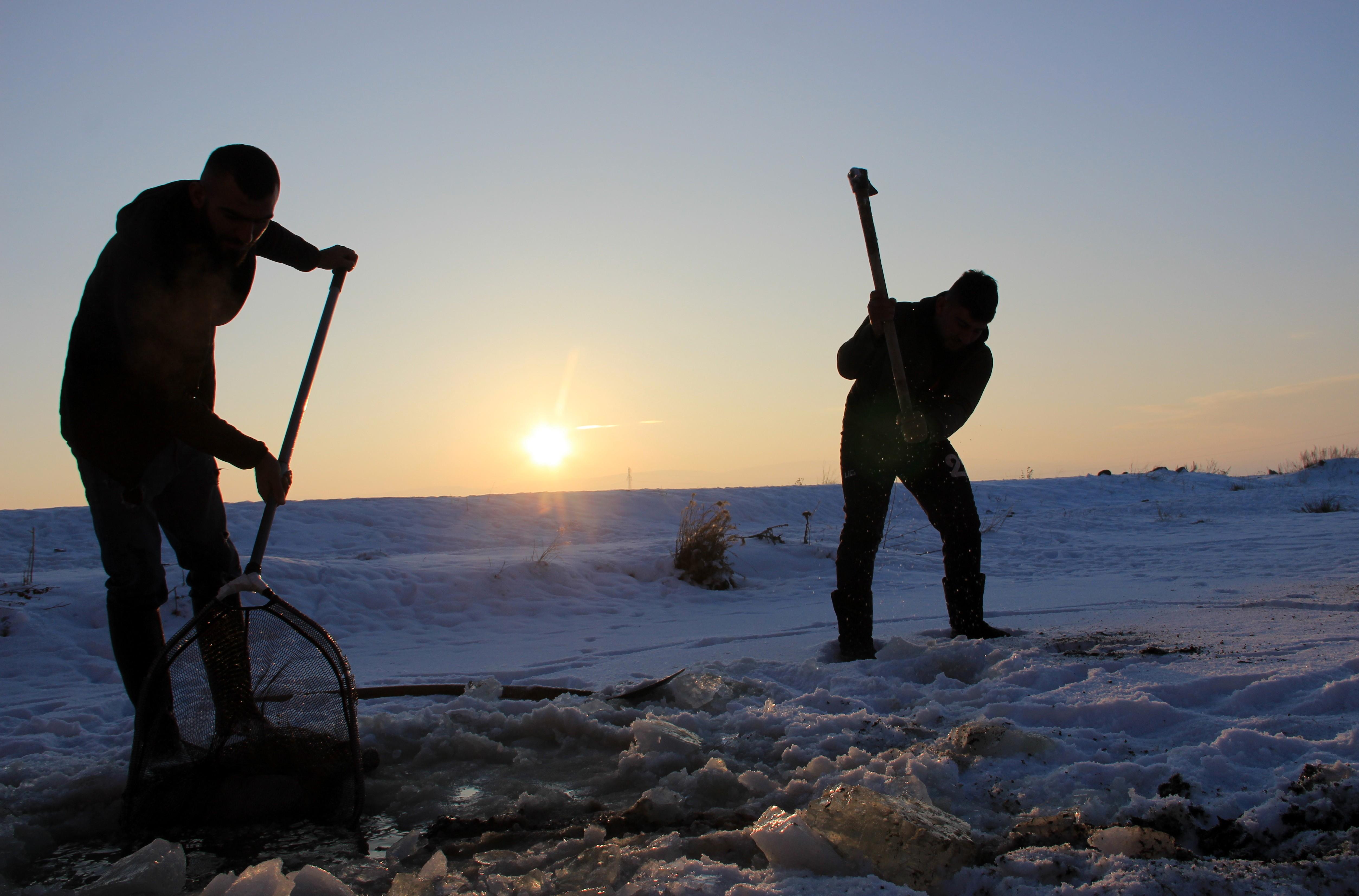 Erzurum ve Ağrı'da Eskimo usulü balık avlıyorlar