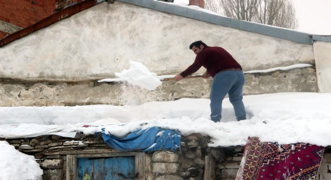 Doğu'da çatılar kardan arındırılıyor