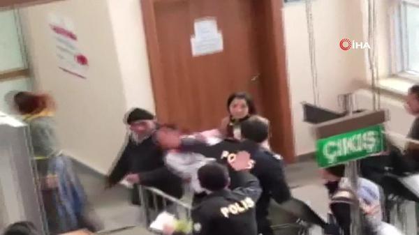 Duruşma sonrası öfkeli kadın bebeğini polislerin üzerine fırlatmaya kalktı