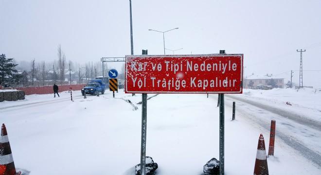 Erzurum'da ulaşıma kar engeli