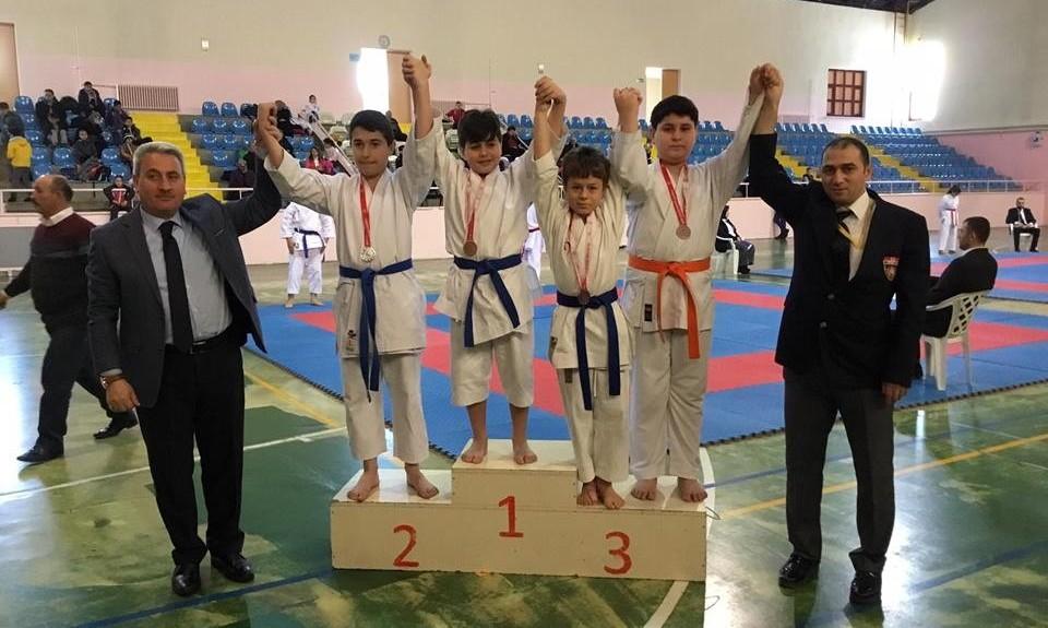 Karateciler okulları için tatamiye çıktı