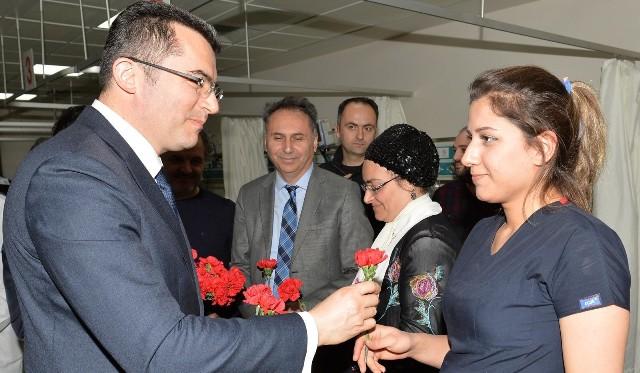 Vali Memiş'ten sağlık çalışanlarına Tıp Bayramı ziyareti