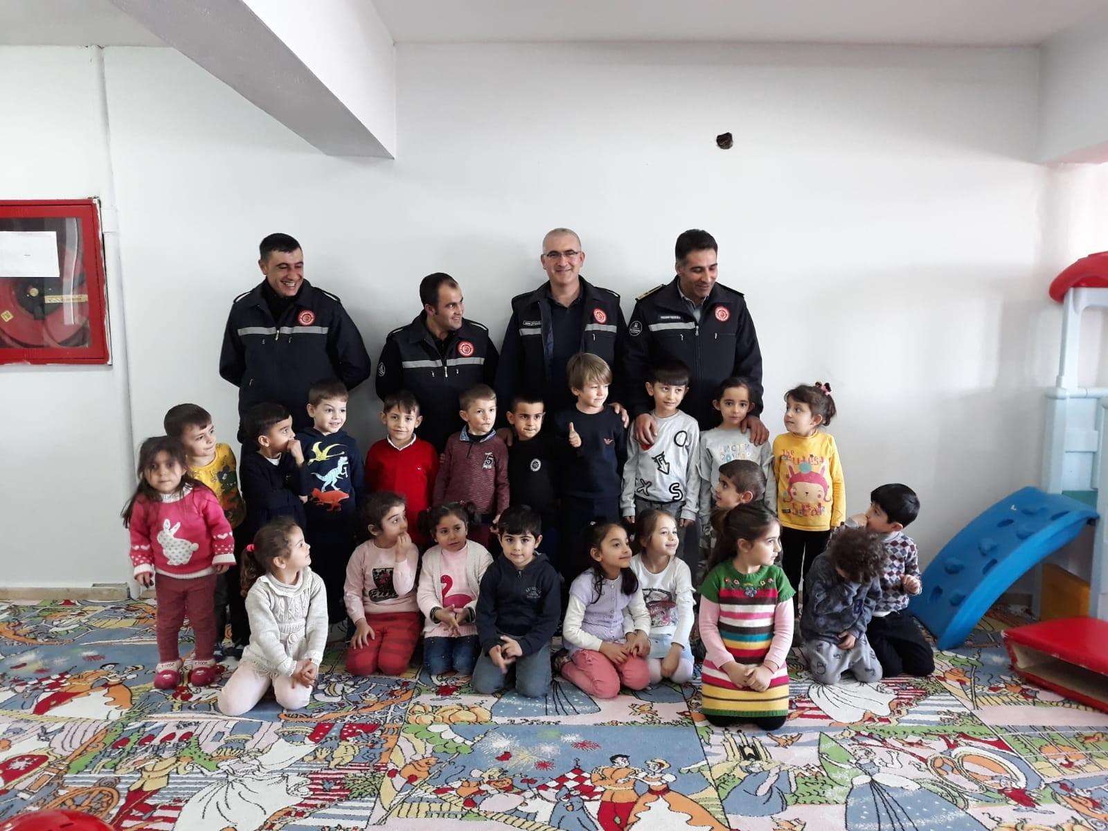 İtfaiye ekipleri okullarda eğitim vermeye devam ediyor