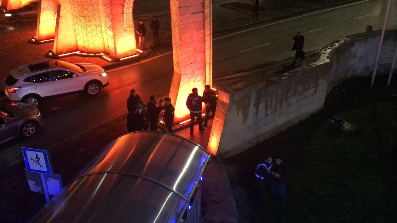 Kaza yapan sürücünün yakınları zor zapt edildi