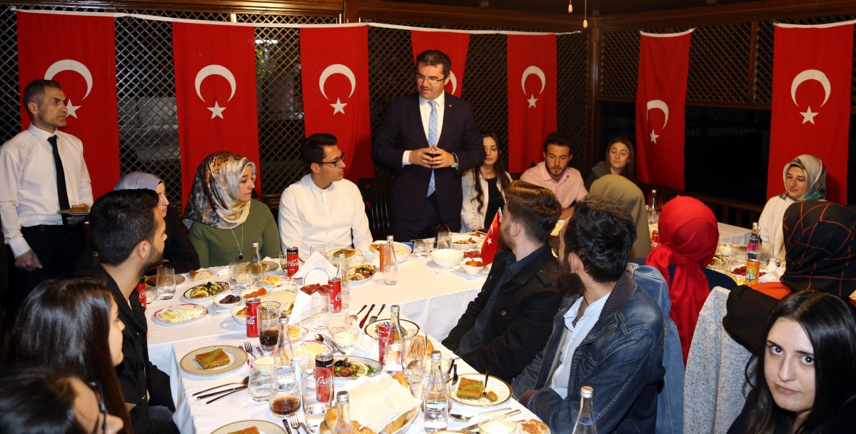 Erzurum Valisi Memiş 19 öğrenciyi iftarda misafiri etti