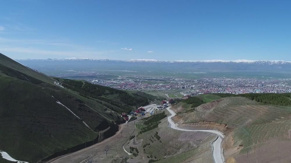 Erzurum'da iki mevsim aynı anda yaşanıyor