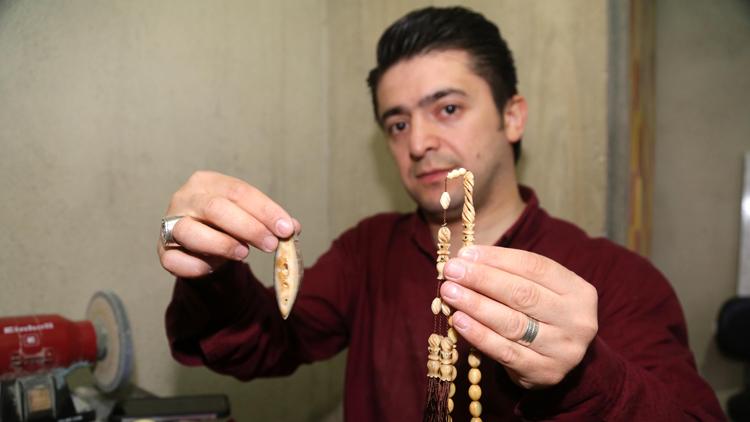 Koleksiyonerlerin gönderdiği fosilleri tespihe dönüştürüyor
