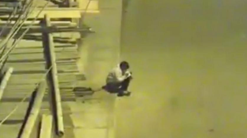 Bahreynli iş adamı, sokak lambasında ders çalışan çocuğa ev bağışladı