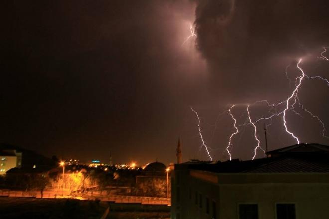 Erzurum'da şimşekler gökyüzünü aydınlattı