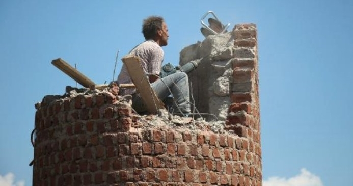 15 metre yüksekliğindeki minareyi tek başına hilti ile kırdı