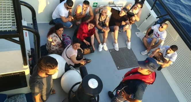 Turist kılığına girerek kaçmaya çalışan göçmenler yakayı ele verdi
