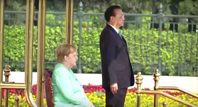 Merkel'in durumu kötüleşiyor! Marş okunurken bile kalkamadı