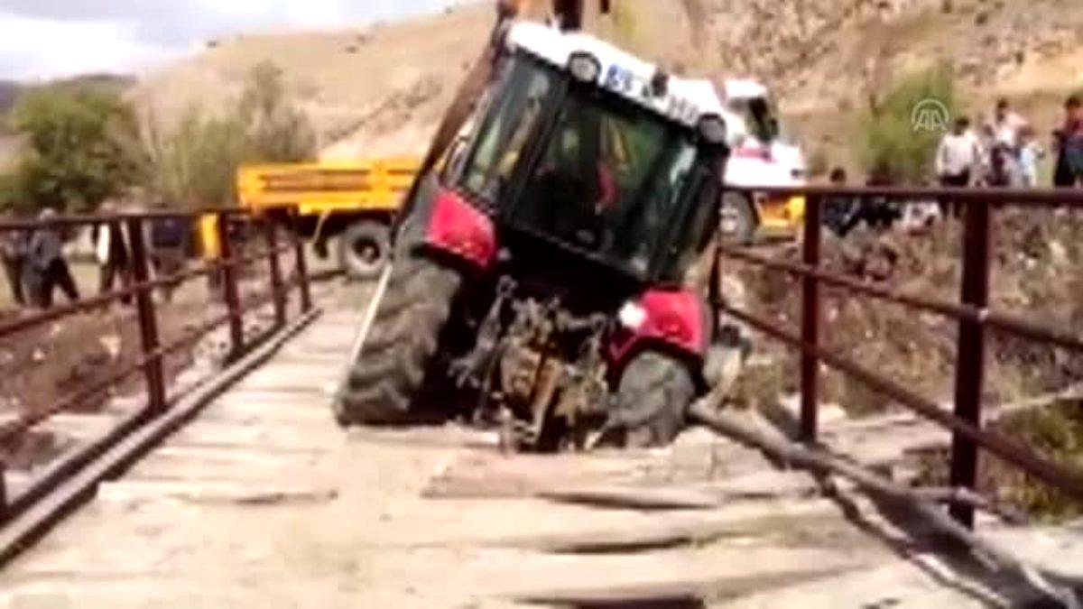 Çöken köprüde mahsur kalan traktör çekiciyle kurtarıldı