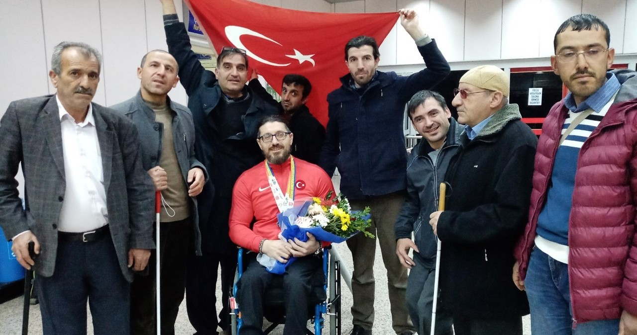 Dünya Şampiyonu havalimanında İstiklal Marşı ile karşılandı