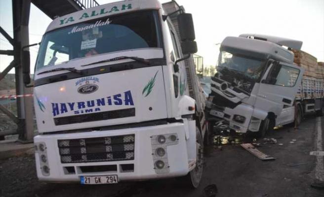 Erzurum-Ağrı kara yolu iki tırın çarpışması sonucu bir süre ulaşıma kapandı