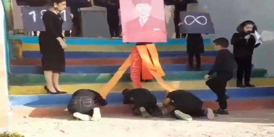 Öğrencileri Atatürk fotoğrafı önünde secde ettiren öğretmen hakkında soruşturma