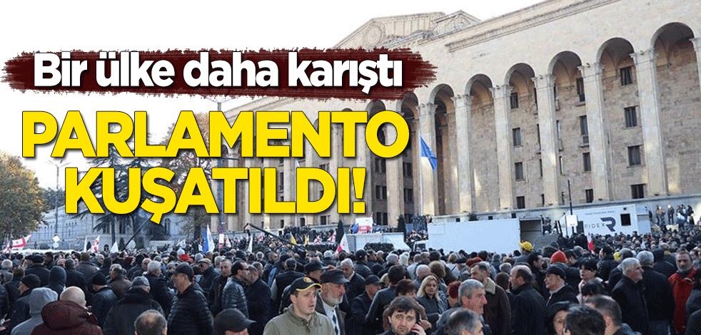 Gürcistan karıştı! Binlerce kişi parlamento binasını kuşattı!