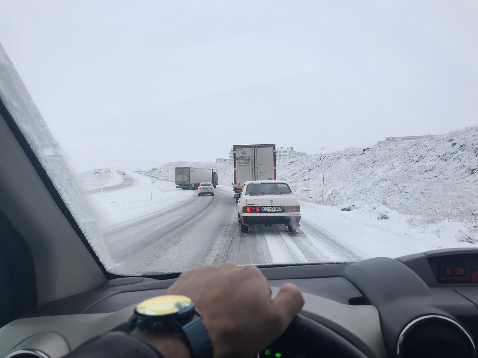 Erzurum'da buzda kayan tır yolu ulaşıma kapattı