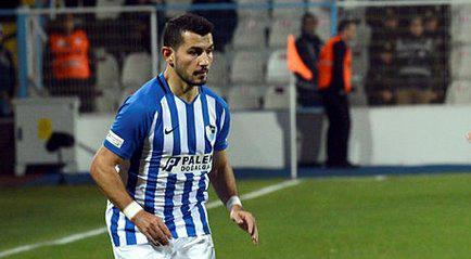 Annesine küfredilen Türk futbolcu çılgına döndü! Maç sonu tribüne çıktı