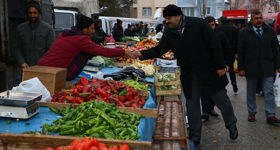 Başkan Orhan semt pazarında