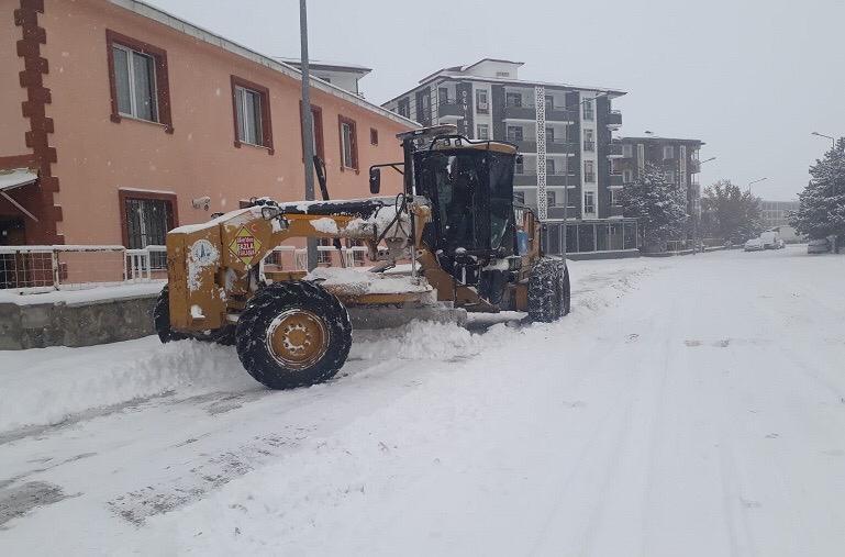 Aziziye'de karla mücadele çalışmaları devam ediyor