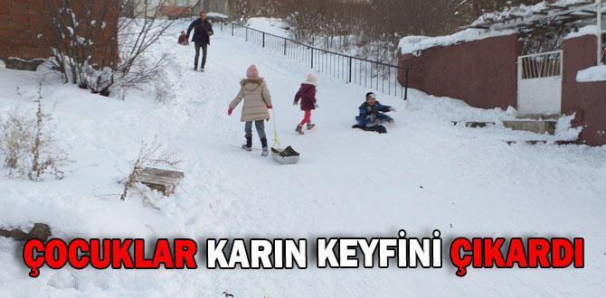 Çocuklar poşetle kayarak karın ve tatilin keyfini çıkardı