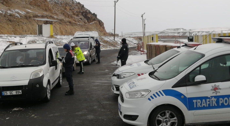 Köprüköy'de Jandarma ve Polis ortak trafik uygulaması yaptı