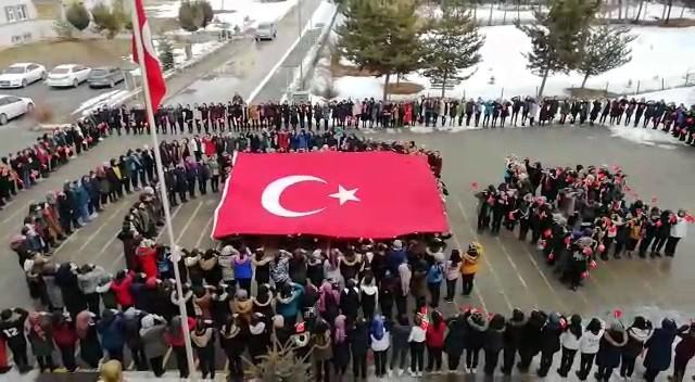 Kız öğrenciler İdlib şehitlerini komando marşı ile andı