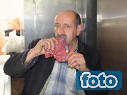 Çiğ et yiyerek yaşıyor!