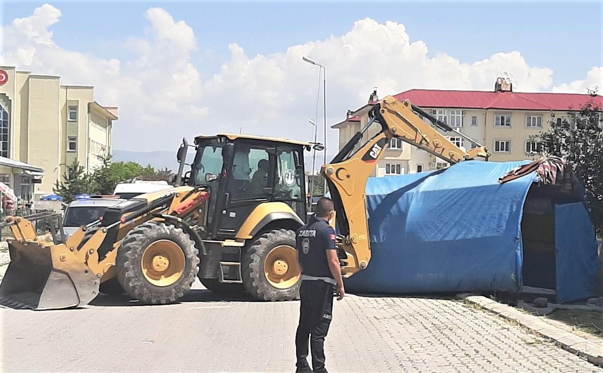 Erzurum'da 50 kaçak yapı belediye ekiplerince yıkıldı