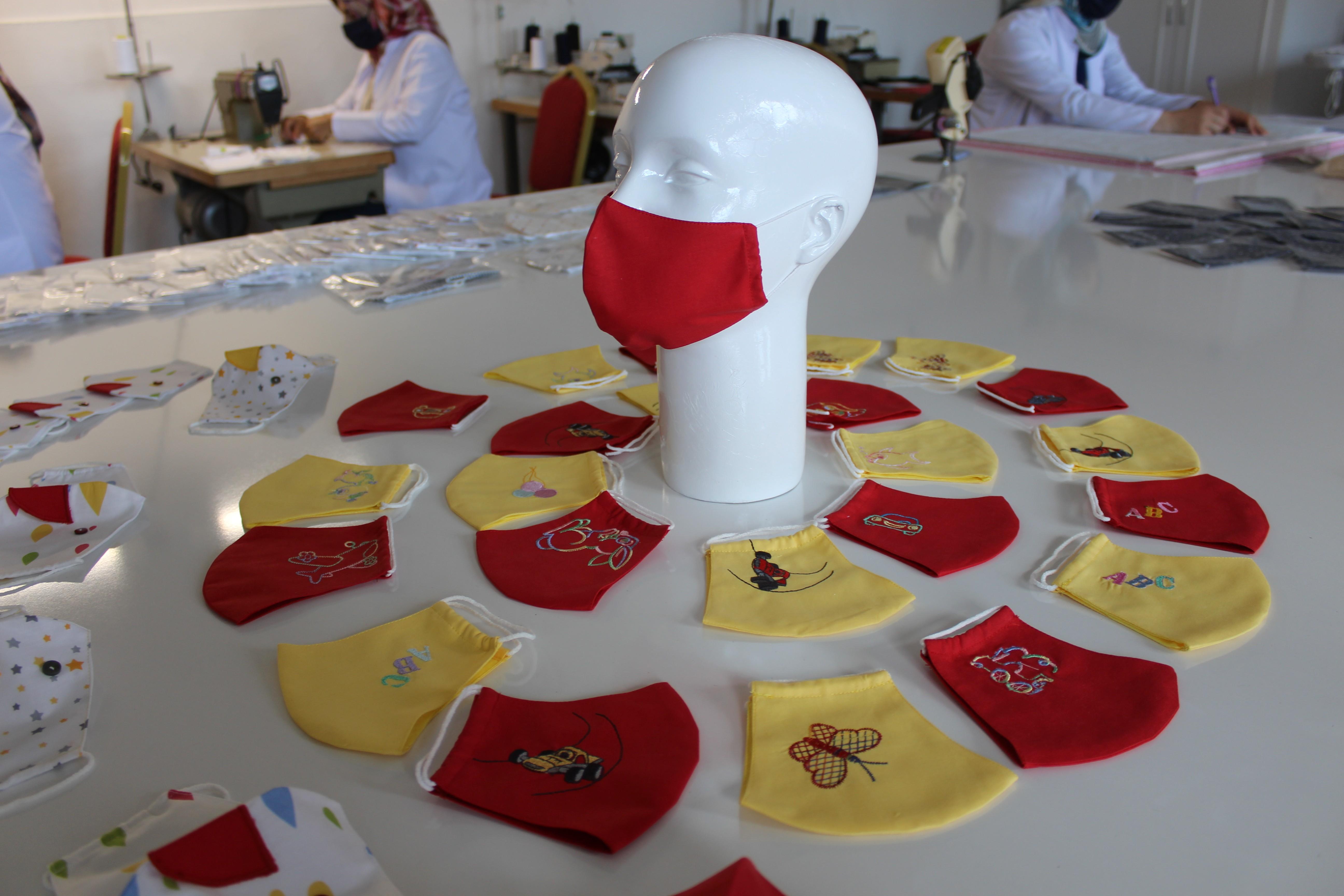 Yetişkin ve çocuklar için farklı modellerde maske üretiyorlar