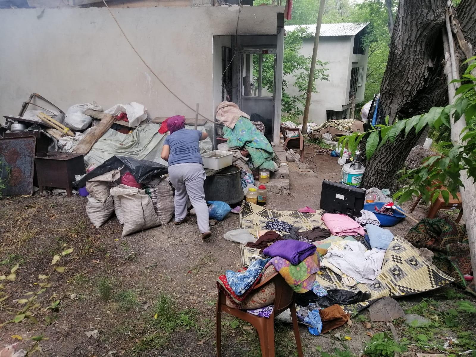 Uzundere'de çöp ev 3 günde temizlendi