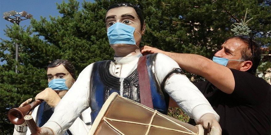 Dadaş Bar Ekibi Heykeline Maske