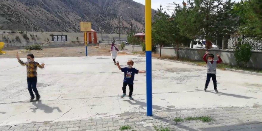 Minikler, okula başlama heyecanını 'mesafeli horon' oynayarak yaşadılar