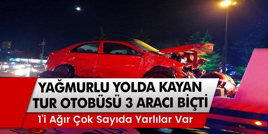 Erzurum'da Yağmurlu yolda kayan tur otobüsü 3 aracı biçti: 7 yaralı