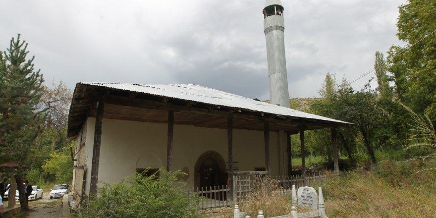 400 yıllık tarihi Tahtalı Cami görenleri etkiliyor